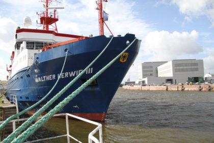 Wird zukünftig direkt am neuen Institut auf der anderen Hafenseite beladen: das Fischereiforschungsschiff Walter-Herwig III. Foto: Helmut Stapel/stoppress
