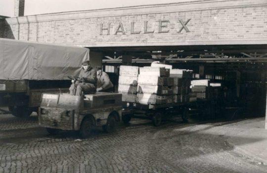 Elektromobilität in Reinkultur: Ein Fischtransport aus der Halle 10 in den 50er-Jahren. Foto: FBG