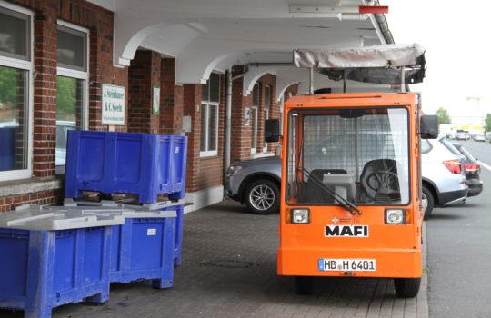 Sorgen heutzutage für E-Mobiltität im Fischereihafen: Elektrozugmaschinen zur Warenauslieferung. Foto: Helmut Stapel/stoppress