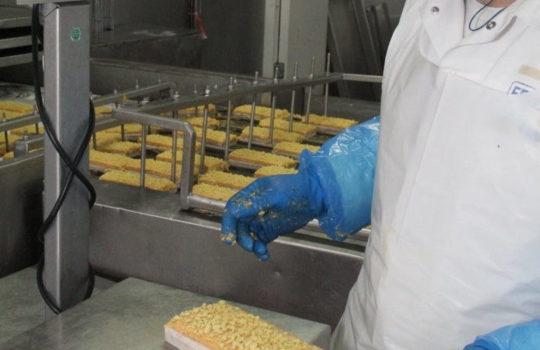 Sauberkeit und Qualitätskontrolle stehen ganz vorn: das Schlemmerfilet an der Waage.