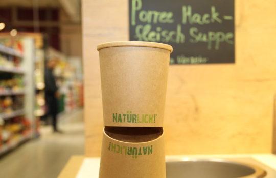 Hält auch ohne Plastik die Suppe heiß: der Papp-Becher aus recycletem Karton.