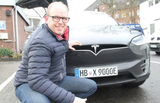 Setzt sich als Taxiunternehmer für den Umweltschutz ein: Michael Lorenz vor seinem Tesla-Elektroauto.