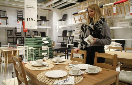"""Spart Verpackungsmaterial: Die komplette Tischgruppe """"Jokkmokk"""" passt in einen einzigen schmalen Karton."""