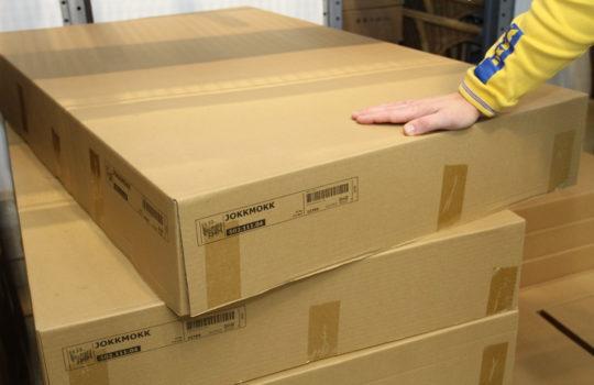 Verpackungswunder ohne Styropor und Plastik: der handliche Karton beinhaltet die komplette Tischgruppe Jokkmokk mit Stühlen.