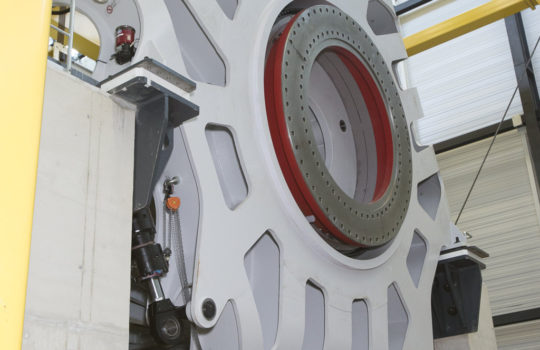 Dreht bei Volllast richtig auf: Über die Nabe des Teststandes wird die reale Drehung eines Rotorflügels an einer Windenergieanlagengondeln simuliert.