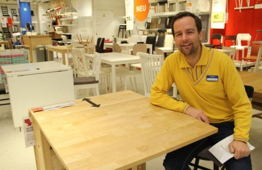 Mehr Verwertung geht nicht: IKEA-Mitarbeiter Felix Theuerkauff an einem Tisch, der aus Holzresten gebaut ist.