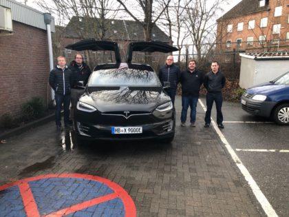studentisches Team und Michael Lorenz vor dem Tesla X