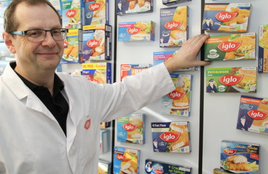 Herr der Verpackungen: Ralf Gaile leitet die Verpackungs-Entwicklung bei Frozen Fish International (FFI).