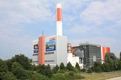 Steht weithin sichtbar für eine saubere Müllbeseitigung: der Schornstein des Müll-Heiz-Kraftwerkes der BEG.