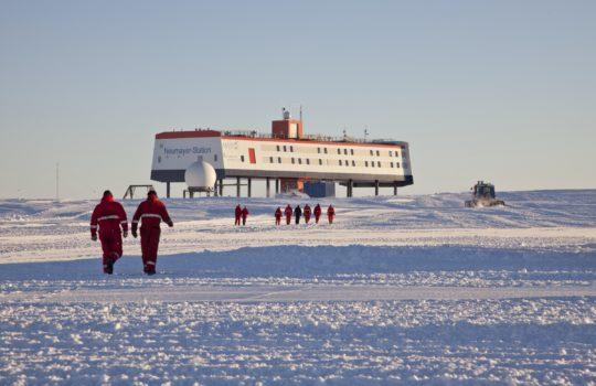 Verlässliche und umweltfreundliche Forschungs-Basis mitten in der Antarktis: Neumayer III     Fotos: AWI