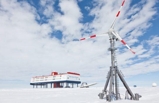 Umweltfreundlicher Strom am Südpol: Das Windrad an der deutschen Antarktisstation.