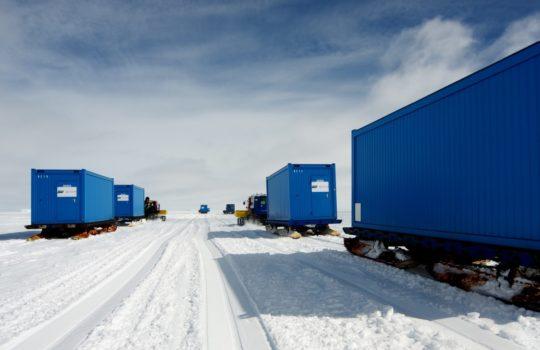 Schlittenkolonne auf dem Weg zur Baustelle: Die Bauteile für Neumayer III in der Anarktis.