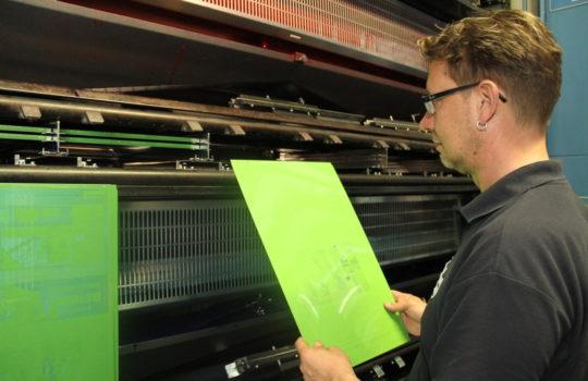 Ressourcensparend: Die Maschine im Druckzentrum Nordsee läuft ohne Wasser im Offset-Druckverfahren und die Druckplatten aus Aluminium werden zu 100 Prozent recycled.