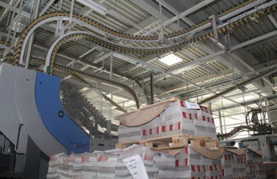 HighTech auch in der Weiterverarbeitung: Die Produkte im Druckzentrum Nordsee durchlaufen am Ende eine moderne Falz- und Transportanlage.