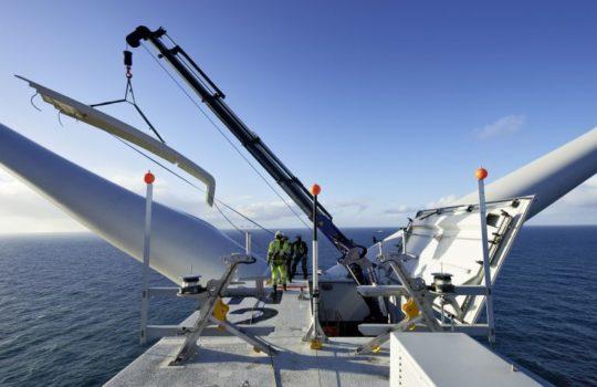 Nachdem die Gondeln bei Senvion in Bremerhaven gefertigt wurden, müssen sie – wie hier im Offshore-Windpark Nordsee Ost – auf hoher See installiert werden. Foto: Senvion