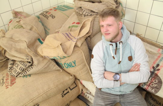 Mit Leib und Seele Kaffeeröster: Ulli Berbrich.   Fotos: Helmut Stapel