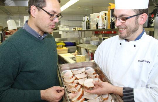 Verwenden Fleisch aus der Region: Hoteldirektor Tim Oberdieck und Koch Vincent Hackstein.