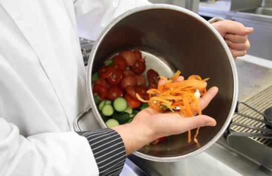 Einmal Gemüsefonds bitte: Der Abschnitt landet nicht im Abfall, sondern im Topf.