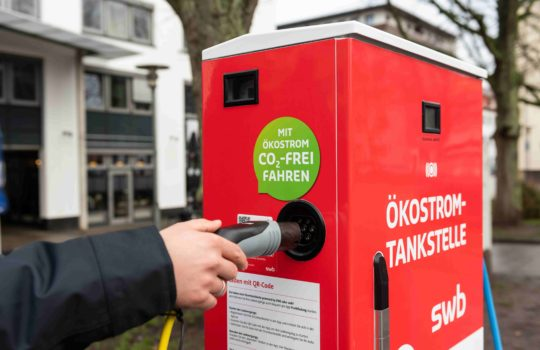 Auf dem Konrad-Adenauer-Platz in Bremerhaven wurde eine neue E-Ladesäule aufgestellt