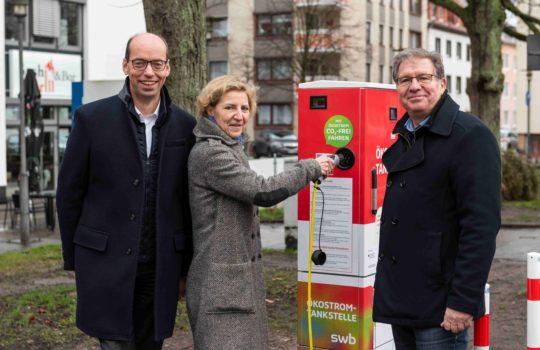Es freuen sich (v. links nach rechts): Axel Siemsen (swb), Annette Schimmel (BIS), Thomas Ventzke (Standortmanager)