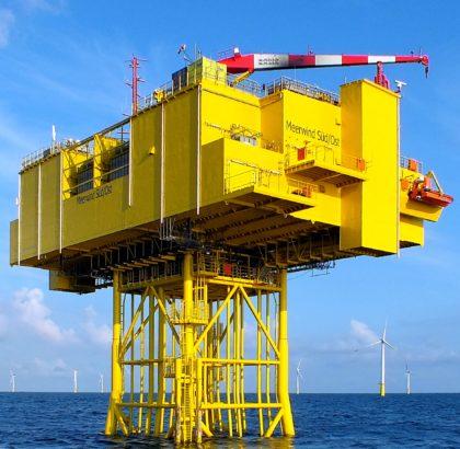 Von der b.offshore GmbH aus Bremerhaven mit geplant: die Trafostation der WindMW GmbH im OWP Meerwind-Windpark Süd | Ost.       Foto: Wind MW