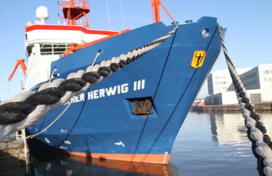 Das Flaggschiff des Thünen-Instituts: die Walter-Herwig III – hier an der Kaje im Fischereihafen mit dem Institutsgebäude im Hintergrund.  Foto: Helmut Stapel