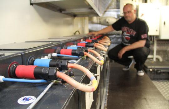 Mächtig viel Power und Strom für gut vier Stunden Schiffsbetrieb: Die Batterien unter Deck.  Foto: Helmut Stapel