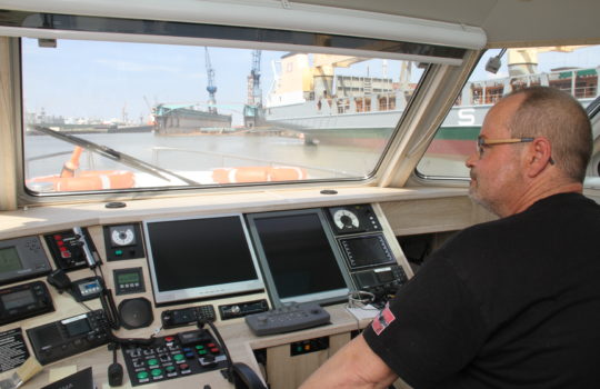 """Gleitet mit der """"Seeadler"""" lautlos durch die Häfen: Schiffsführer Oliver Beier. Foto: Helmut Stapel"""