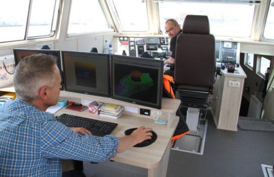 Seevermessungstechniker Oliver Bartz (links) überwacht während der Fahrt die Wassertiefen an seinen Bildschirmen. Foto: Helmut Stapel
