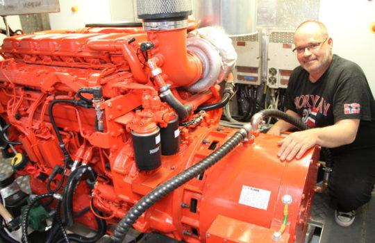 Erzeugt über ein Aggregat im Arbeitsbetrieb den Strom für die Batterien: der Schiffsdiesel.  Foto: Helmut Stapel