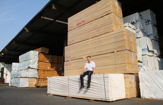 Handelt mit zertifiziertem Holz aus der ganzen Welt: Holz Cordes im Bremerhavener Fischereihafen.Foto: Helmut Stapel