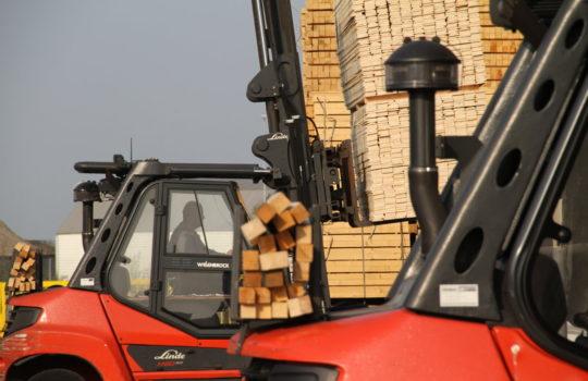 Zertifiziertes Holz als begehrter Roh- und Baustoff: Bei Cordes werden jährlich mehr als 250.000 Kubikmeter umgeschlagen.Foto: Helmut Stapel