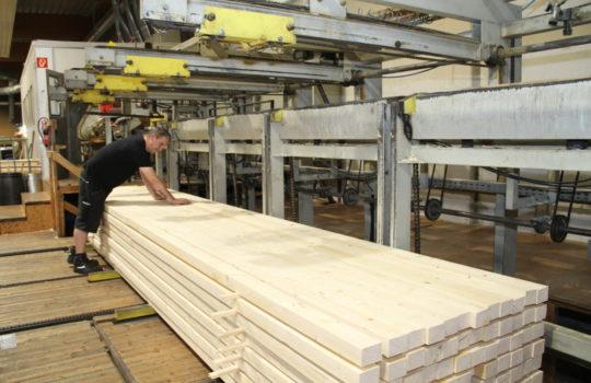Konstruktionsvollholz, zusammengefügt aus mehreren Teilen: Eine Spezialität von Holz Cordes. Foto: Helmut Stapel