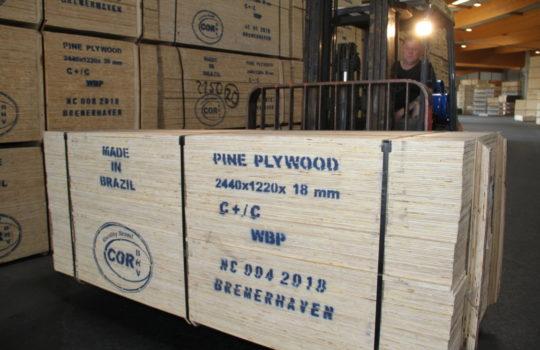 Eigenes Gütesiegel: zertifiziertes Holz aus Brasilien mit dem Cordes-Siegel.        Foto: Helmut Stapel
