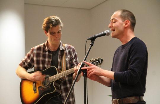Haben für den musikalischen Part der Veranstaltung gesorgt: Das Bremerhavener Duo Raum/27.Foto: Helmut Stapel