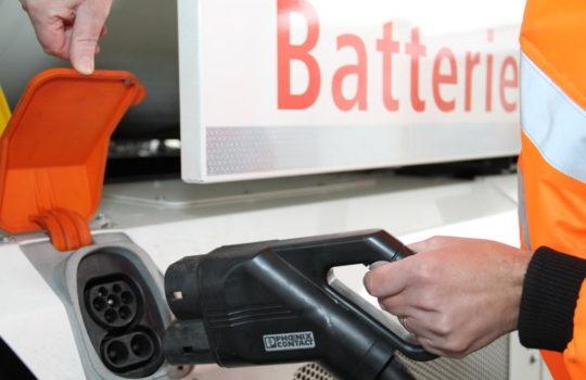 Stecker statt Zapfpistole: Die Ladestation für das E-Müllfahrzeug. Foto: Helmut Stapel