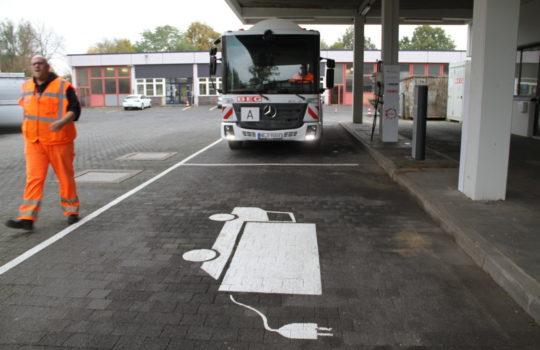 Hat inzwischen fünf Ladestationen für E-Fahrzeuge: die Bremerhavener BEG. Foto: Helmut Stapel