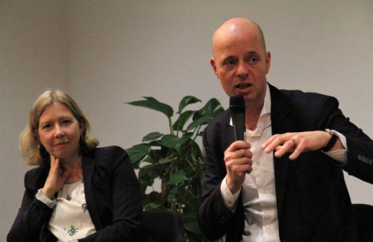 Will Bremerhaven als Forschungs- und Wirtschaftsstandort für die Produktion von Grünem Wasserstoff etablieren: Michael Labetzke (Grüne) vom Verein H2BX. Links: Dr. Marion Salot, Angestelltenkammer.Foto: Helmut Stapel