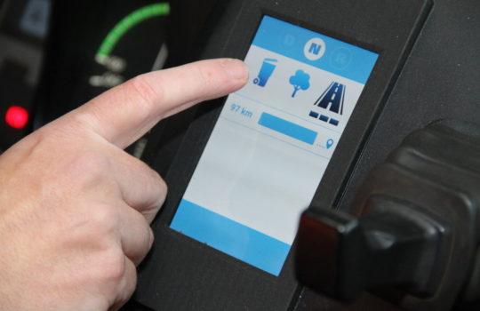 Batterieanzeige statt Tanknadel: das Display für die verbleibende Fahrtzeit in der Fahrerkabine. Foto: Helmut Stapel