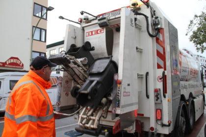 Werden auch komplett von Elektromotoren betrieben: der Mülltonnen-Lifter am Heck und die drehende Mülltrommel. Foto: Helmut Stapel