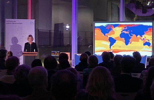 Sunhild Kleingärtner bei der Eröffnung der Ausstellung SEA CHANGES.