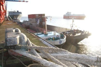 Wirkt im Betrieb an der Containerkaje zwischen Riesenfrachter, Pollern und Tampen fast winzig: Die 110 Meter lange Aviso 1 mit dem zusätzlichen Transportschiff an der Seite. Foto: Helmut Stapel