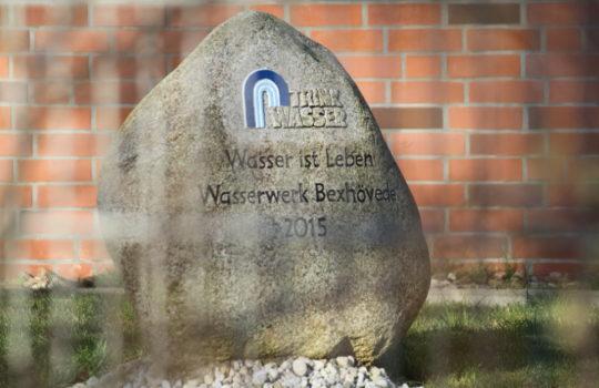 Bringt die Bedeutung von sauberem Trinkwasser auf den Punkt: der Findling am Wasserwerk Bexhövede. Foto: Helmut Stapel
