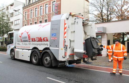 Weniger Industrieabfälle durch Corona - aber Elektro-Müllfahrzeug und Betrieb bei der BEG laufen normal. Foto: Helmut Stapel