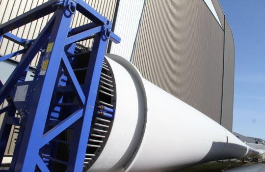 Werden trotz Corona-Krise beim IWES im Teststand im Fischereihafen unter die Lupe genommen: Rotorblätter für Windräder. Foto: Helmut Stapel