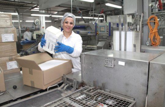 Verkauft mehr Produkte als vor der Corona-Krise: der Lebenstmittelhersteller Frosta - in der aktuellen Produktion mit Corona-Schutzmaßnahmen. Foto: Helmut Stapel