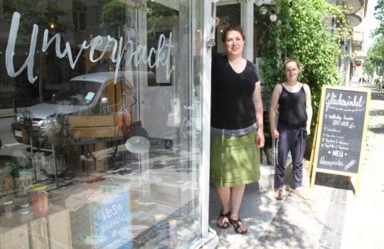 """Setzen sich mit ihrem Verkaufsmotto """"Unverpackt"""" für die Umwelt ein: die Inhaberinnen des Geschäftes """"Glückswinkel"""" Anne Bink (links) und Fiona Brinker. Foto: Helmut Stapel"""
