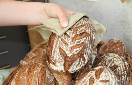 Extra frisch im benachbarten Café Findus gebacken: Roggenbrot. Foto: Helmut Stapel