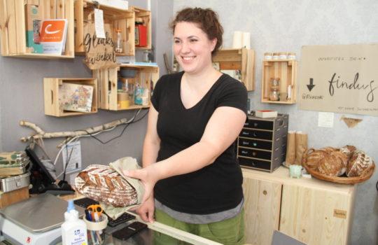 """Wird im """"Glückswinkel"""" ohne Verpackung verkauft: frischgebackenes Brot.  Foto: Helmut Stapel"""