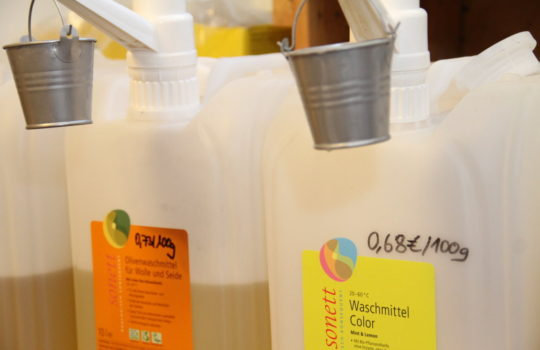 Gibt es im Glückswinkel auch ohne Verpackung: Waschmittel. Foto: Helmut Stapel